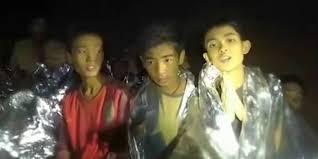 Rescatan cuatro jóvenes de cueva en Tailandia