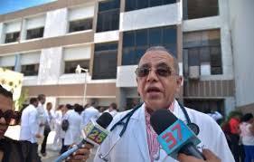 Trasladan a centro médico de Santiago al ministro de salud por COVID-19
